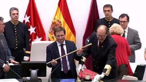 Neuer Bürgermeister in Madrid - Colau in Barcelona bestätigt
