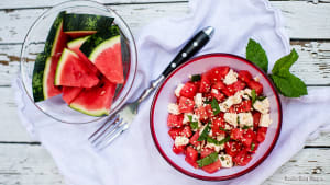 Erfrischung an heißen Tagen: Rezept für Melonen-Feta-Salat mit Minze