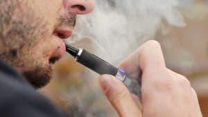 Jugendlicher raucht E-Zigarette, dann verliert er seine Zähne