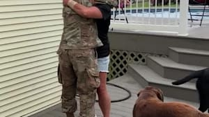 Military woman surprises mom with homecoming