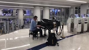 Stranger at Los Angeles airport plays lovely piano