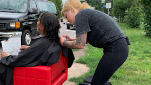 Hairstylist gives free haircuts to the homeless