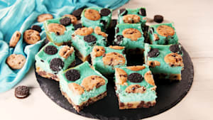 Cookie Monster cheesecake bars