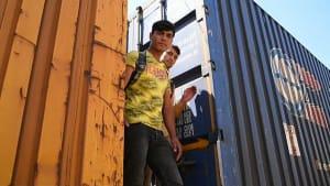 Migranten springen auf Güterzüge