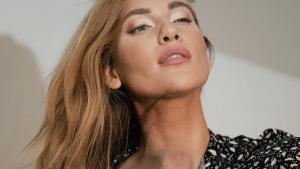 Wegen Krankheit: Model kann eigene Schönheit nicht sehen und stellt unmögliche Dinge mit ihrem Körper an