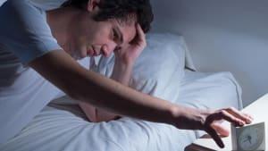 Du wachst nachts immer zur gleichen Uhrzeit auf? Das will dir dein Körper damit sagen!