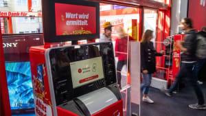 Automat tauscht alte Smartphones gegen Geld ein