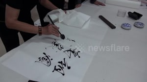 Artist uses spoon to create stunning calligraphy