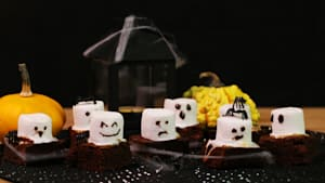 Gruselig köstlich: Mini-Brownies mit Marshmallow-Gespenstern
