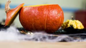 Heiße Hokkaido-Kürbiscremesuppe für Halloween