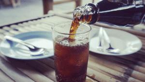 Experiment: Das passiert, wenn Cola auf Magensäure trifft