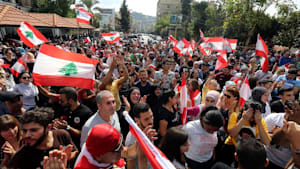 Demonstranten im Libanon zeigen sich von ersten Konsequenzen der Regierung unbeeindruckt