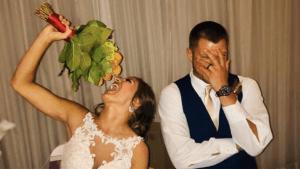 Braut isst ihren eigenen Brautstrauß auf
