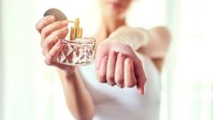 Mit diesen Tricks hält dein Parfum den ganzen Tag
