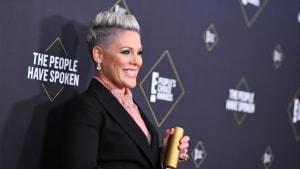 Sängerin Pink überrascht mit extremer Kurzhaarfrisur
