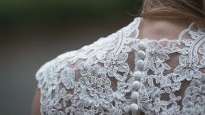 Ehemann verstirbt 48 Stunden nach Hochzeit, doch sein Geschenk rührt seine Frau zu Tränen