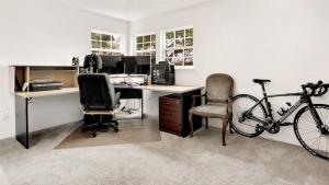 Mann fotografiert sein menschenleeres Büro: Doch zwei Details verraten, dass er doch nicht alleine ist