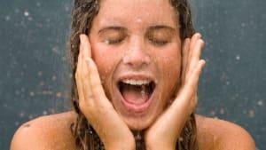 Deshalb solltet ihr unter der Dusche niemals das Gesicht waschen