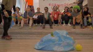 Bank als Tennisplatz: Klimaaktivisten setzen Credit Suisse unter Druck