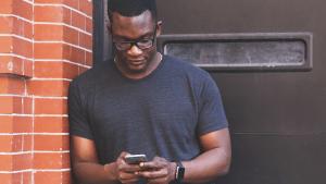 Zum Spaß lädt er sich eine App herunter: Dann rettet sie ihm das Leben