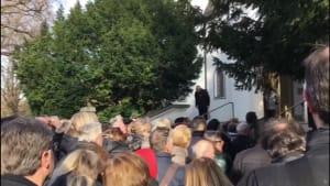 Hunderte Menschen verabschieden sich bei Trauerfeier von Joseph Hannesschläger