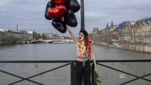 """Liebe kein Grund für Gewalt: """"Femen"""" ketten sich an Pariser Brücke"""