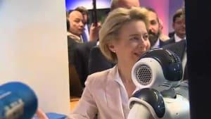 """""""Es ist faszinierend"""" - Ursula von der Leyen bei den Robotern"""