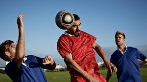 Kopfbälle beim Fußball könnten beunruhigende Krankheit auslösen