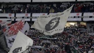 """Eintracht Frankfurt Fans zu Störer der Hanau-Minute: """"Nazis raus"""""""