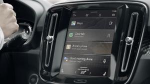 Vollelektrischer Volvo XC40 mit Android Infotainment-System und integrierten Google Funktionen