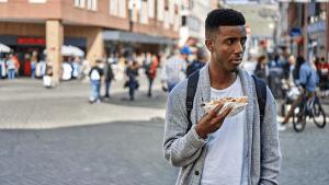 Student isst 2 Wochen lang nur beim Schnellimbiss: Diese unerwartete Folge erschreckt ihn am meisten!
