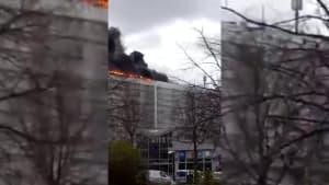 Großfeuer in Berlin breitete sich über fünf Hochhausdächer aus!