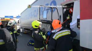 LKW-Fahrer eingeklemmt! Dramatische Rettungsaktion auf Budapester Autobahn