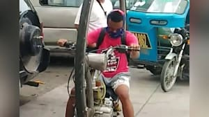 Impressive monowheel bike stuns motorists in the Philippines