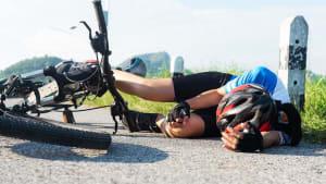 Fahrradunfall: 14-Jähriger rettet kleinen Bruder auf kluge Weise vor dem Verbluten