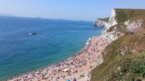 England: Klippensprung an überfülltem Badestrand endet in Drama!