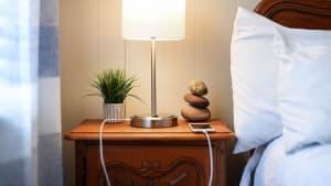 Aus diesem Grund solltet ihr niemals euer Handy neben dem Bett aufladen