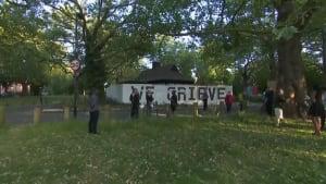 Trauerarbeit in London - Nachbarschaft gedenkt Opfern des Coronavirus
