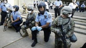 US-Polizisten gehen solidarisch auf die Knie