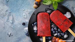 Herrlich erfrischend & DIY: Wassermelone-Heidelbeer-Eis