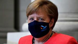 Jetzt also doch: Angela Merkel zeigt sich mit Maske