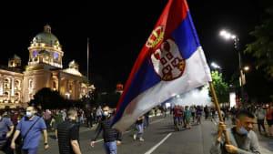 Gewaltsame Proteste gegen 2. Lockdown in Serbien