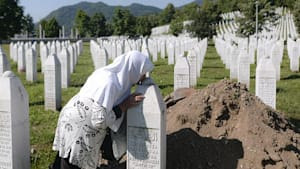 Srebrenica: Trauerfeier in Opfergedenkstätte Potočari