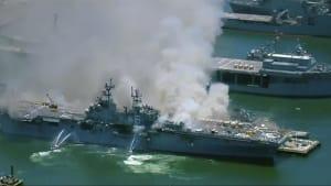 Kriegsschiff steht in Flammen