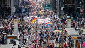 Tausende protestieren in Belin gegen Corona-Regeln