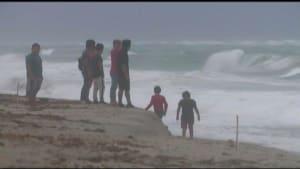 [CDATA[Trotz Warnung an den Strand - Tropensturm Isaias wütet in Florida]]
