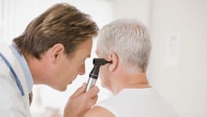 Mann klagt über Ohrenschmerzen: Der Grund beunruhigt sogar den Arzt