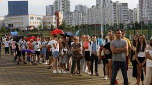 Präsidentenwahl in Belarus: Schlangen vor den Wahllokalen