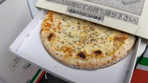 Japanese pizza vending machine distributes hot pizza all day long