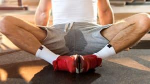 So könnt ihr es vermeiden, beim Training am Hoden zu schwitzen